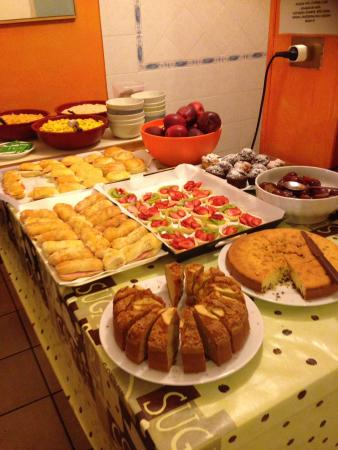 Hostel Gallo d'Oro: Half of what was on offer for breakfast!