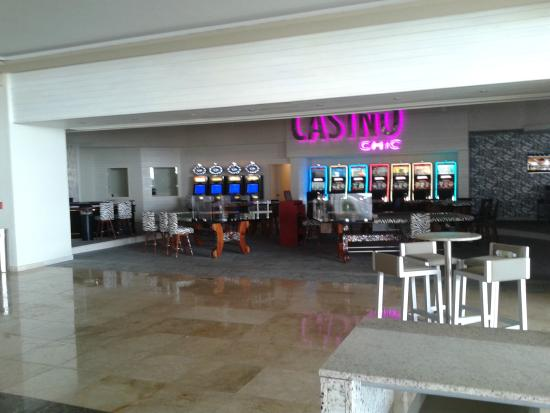 CHIC by Royalton Luxury Resorts: BAR AND CASINO AREA