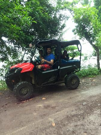 Cabinas El Mirador Lodge: The owner picking us up in the UTV