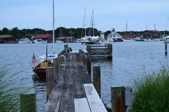 Point Breeze Bed & Breakfast: The dock at the rear of the property.