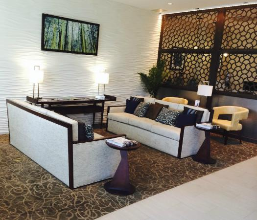 Holiday Inn Hotel & Suites Tupelo North : Sitting area across from the checkin counter.