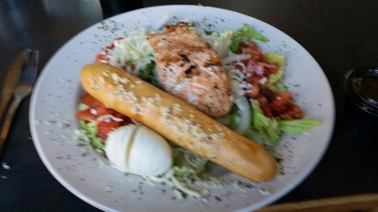 Carp's Landing Restaurant and Bar: Salmon Salad with freshly baked bread stick
