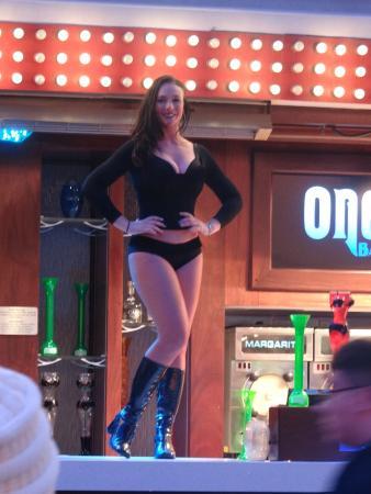 Restaurant at Golden Gate Hotel & Casino : Dançarina em cima do bar na parte externa do hotel