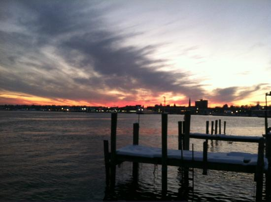 Thames Inn and Marina: Beautiful Sunsets every evening