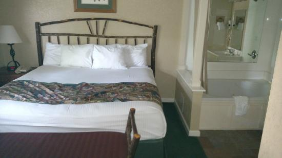 Holiday Inn Club Vacations Oak n' Spruce Resort: King size bed and Jacuzzi tub  (room 358)