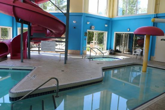 Comfort Inn & Suites: Super8 pool area from slide pool