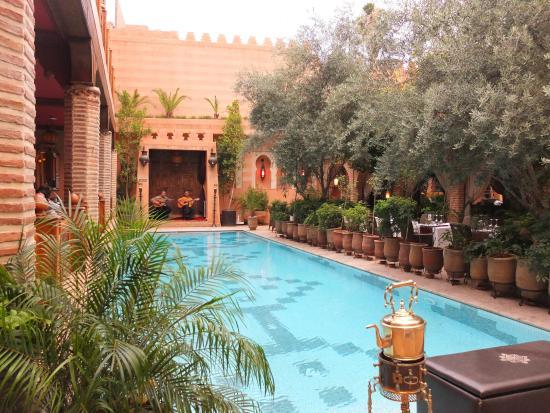 Famous poolside restaurant les trois saveurs photo de for Construction piscine marrakech