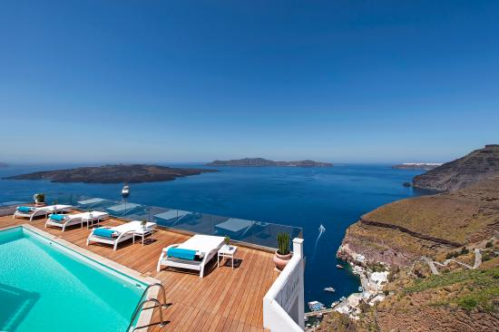Athina Luxury Suites: All the view to the volcano and the caldera