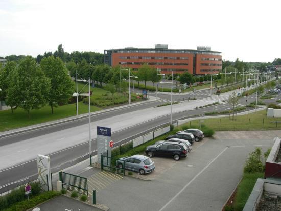 Kyriad Prestige Strasbourg Nord - Schiltigheim : Rocade très passagère devant l'hotel