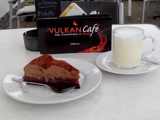 Kuchen Und Weisse Schokolade Bild Von Vulkan Cafe Strohn Strohn