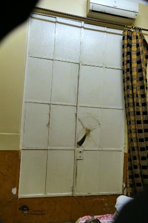 Miami Cairo Hostel: the cover of the windows to inside patio is not at all taking noise made in there