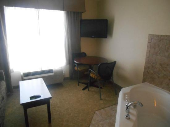 La Quinta Inn & Suites Bismarck: Living area of suite (note hot tub)