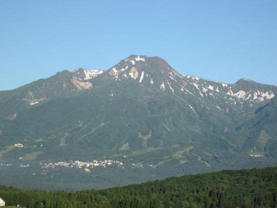 APA Resort Joetsu Myoko: 晴れた日に妙高山の雄姿がホテルの前に現れる