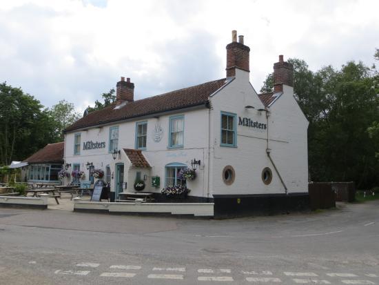 Maltsters Pub & Restaurant: Picture postcard pub on the Broads