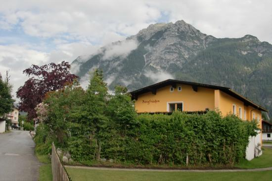 Hotel Pension Bergfrieden: View of back of hotel overlooking the mountains