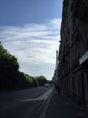Hotel Mirabeau Eiffel: Vista da esquina do hotel