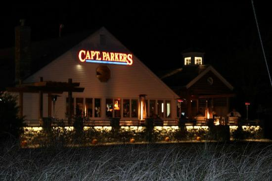 Captain Parker's Pub: The patio at night