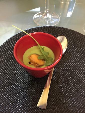 Vingelique: amuse-bouche (complementary) - mussel on a garden cress cream