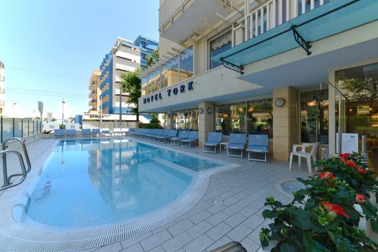La piscina picture of hotel york riccione riccione for Piscina riccione