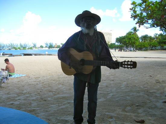 Ocho Rios Bay Beach : Bob Marley's Ghost in the shadows. this guy was colourful and fun to listen to.