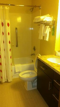 TownePlace Suites Houston I-10 West/Energy Corridor: Spacious bathroom