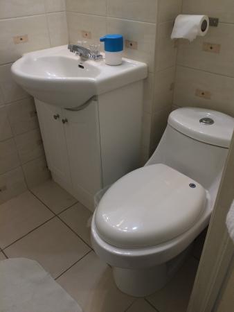 Ada's Guesthouse: Bathroom