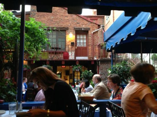 Taverna Cretekou: Courtyard, outdoor seating