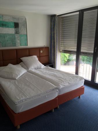 Comfort Hotel Royal Zurich: Номер на 6 этаже с панорамными окнами