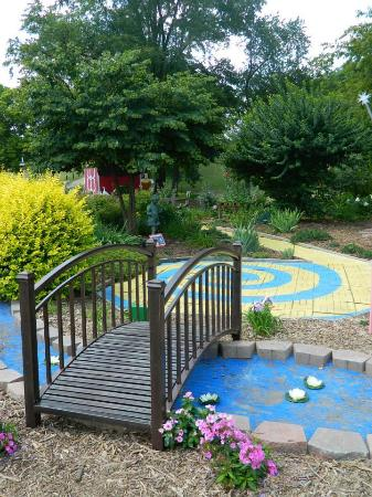 Mapleton, IL: Wizard of Oz Children's garden Butler Haynes Park