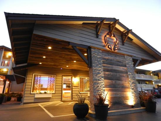 The Coho Oceanfront Lodge: Front Hotel Entrance
