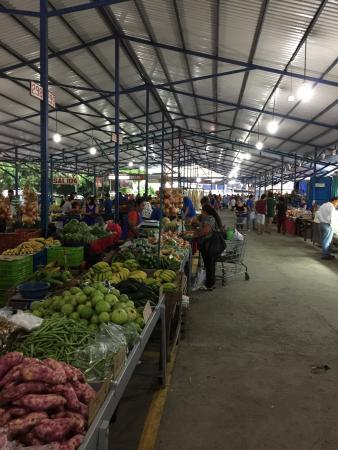Grecia, Kosta Rika: Marche aux fruits & légumes des producteurs locaux avec une allée d'artisanat local. Les fruits