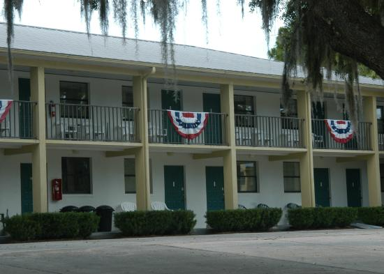 Steinhatchee River Inn: Decorated balcony