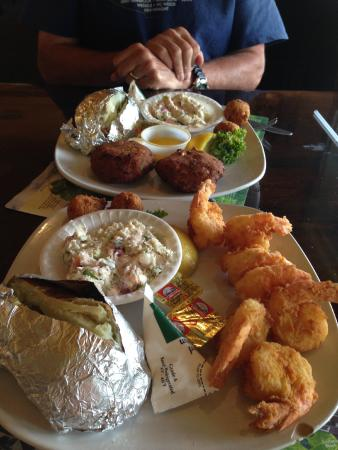 Peck's Old Port Cove: Fried shrimp and crab cakes