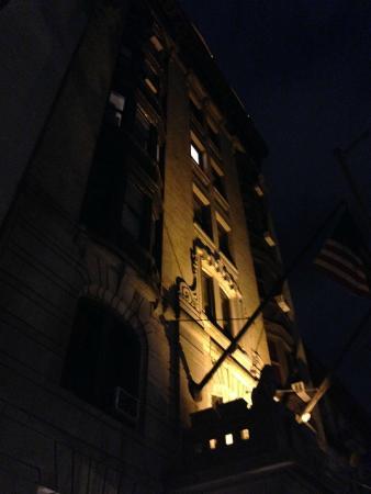 Fachada del Hotel 31 en la noche