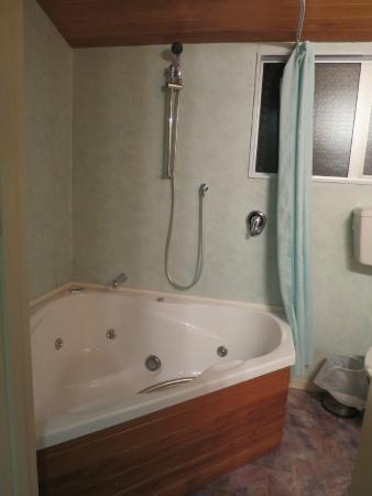 Aspen on King: huge tub