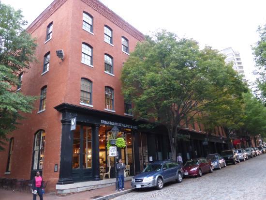 Urban Farmhouse Market and Cafe : Em frente ao restaurante