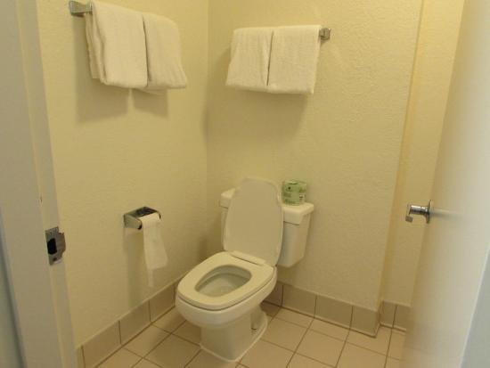 Days Inn by Wyndham Hilton Head: Bathroom