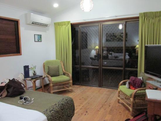Kewarra Beach Resort & Spa: wider view of the room