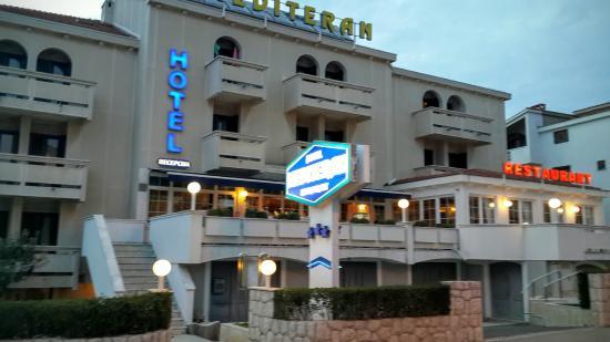 Mediteran: Street view of hotel