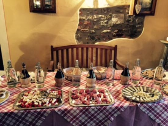 Agriturismo Petrognano: Table setting of the first dinner prepared by Laura