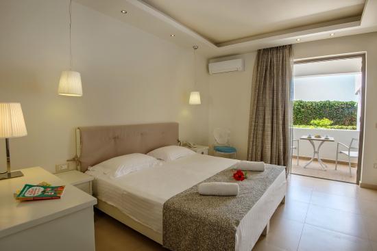 Iperion Beach Hotel: Studio with garden view