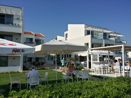 Iperion Beach Hotel: View from the beach over the bar and breakfast/dining area. The restaurant is in the background.