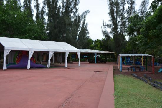 L'Etang-Sale, Reunion Island: Parc vide, abandonné..