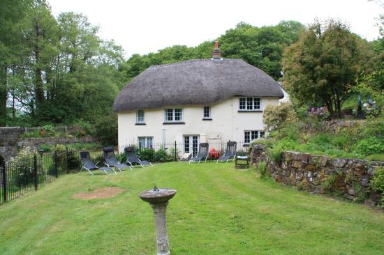 Tedburn St. Mary, UK: Das Haus vom Garten aus gesehen. Rechts oben unser Zimmerfenster