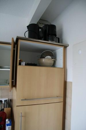 """Gut am Strand - Teichhof Fehmarn: Die """"gut"""" ausgestattete Küche mit fehlender Tür"""