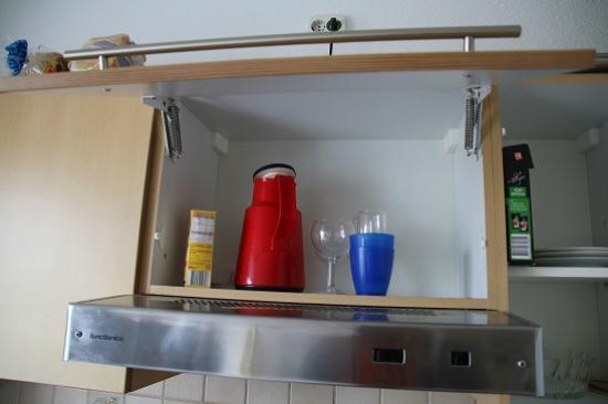 """Gut am Strand - Teichhof Fehmarn: Die """"gut"""" ausgestattete Küche. Die Kanne war nur ekelig"""