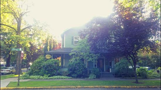 The Oval Door Bed and Breakfast Inn : -