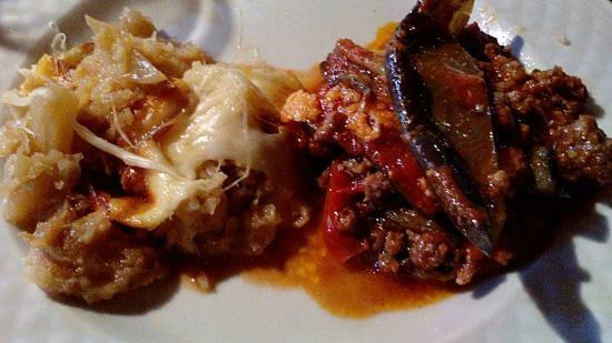 Pontelatone, Italia: particolare della Zuppa di cipolle e della Parmigiana di melanzane