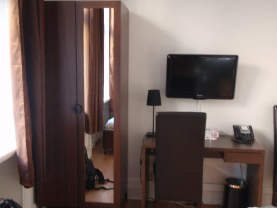 Queen's Hotel: bureau chambre