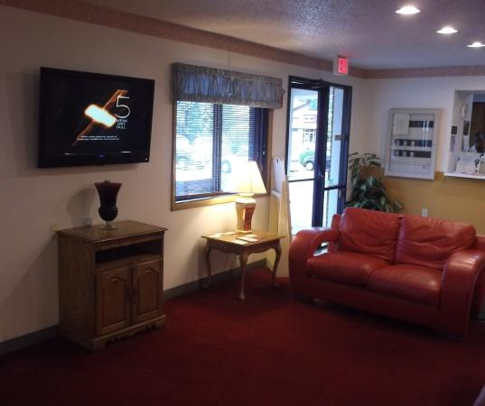 Super 8 by Wyndham Front Royal: Lobby